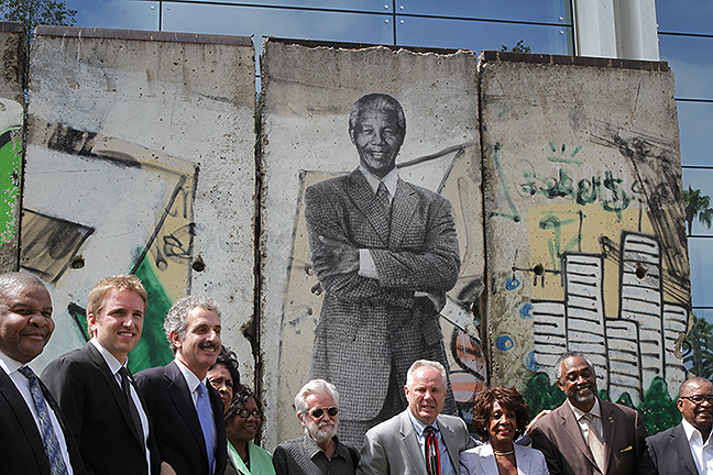 Mandela-on-the-Berlin-Wall-17095